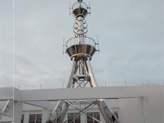 楼顶装饰塔集通讯、装饰、景观照明、避雷等功能于一身,造型新颖